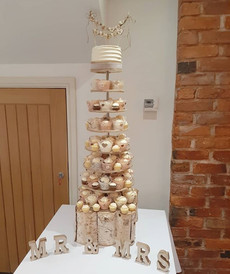 💙 Gorgeous rustic cupcake tower for the