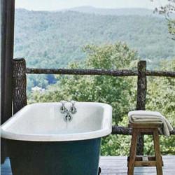 A tub and these mountain views = happiness 👌🏻_#mountainlife #naturelover #spasesh #blueridgemounta