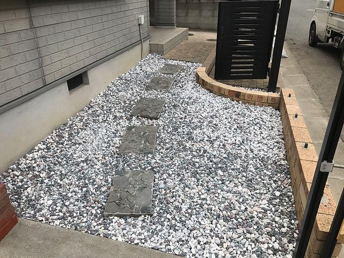 和歌山の庭へ砂利敷き