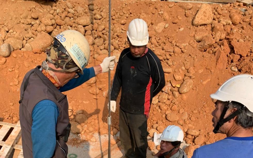 安全支撐人工中間柱挖掘及預埋
