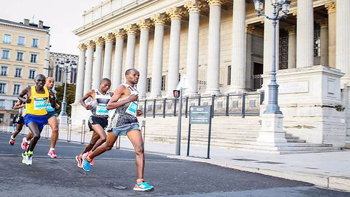 RunInLyon-runners-passes-Lyon-Courthouse-ASO (1)_edited.jpg