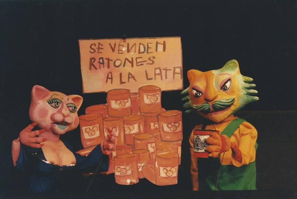 Dos títeres de Gato promocionan ratones en lata