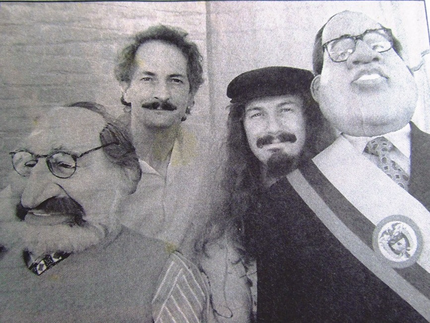César e Iván Álvarez junto a dos títeres del programa Los Rencauchados