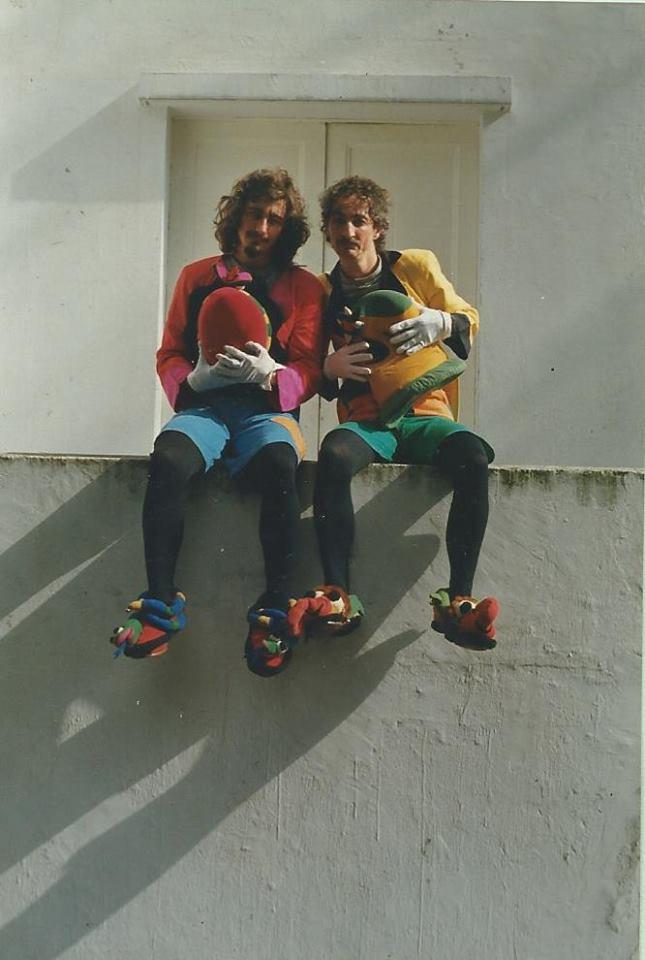 Filipo el Mago & Matías el titiritero en una pared blanca sentados
