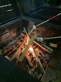 かまどで焼きマシュマロ