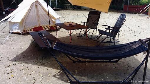 グランピングテントと機材の設置例