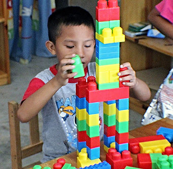 Student in Proyecto Itzaes using legos