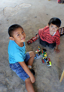 Students building with Legos in Proyecto Itzaes