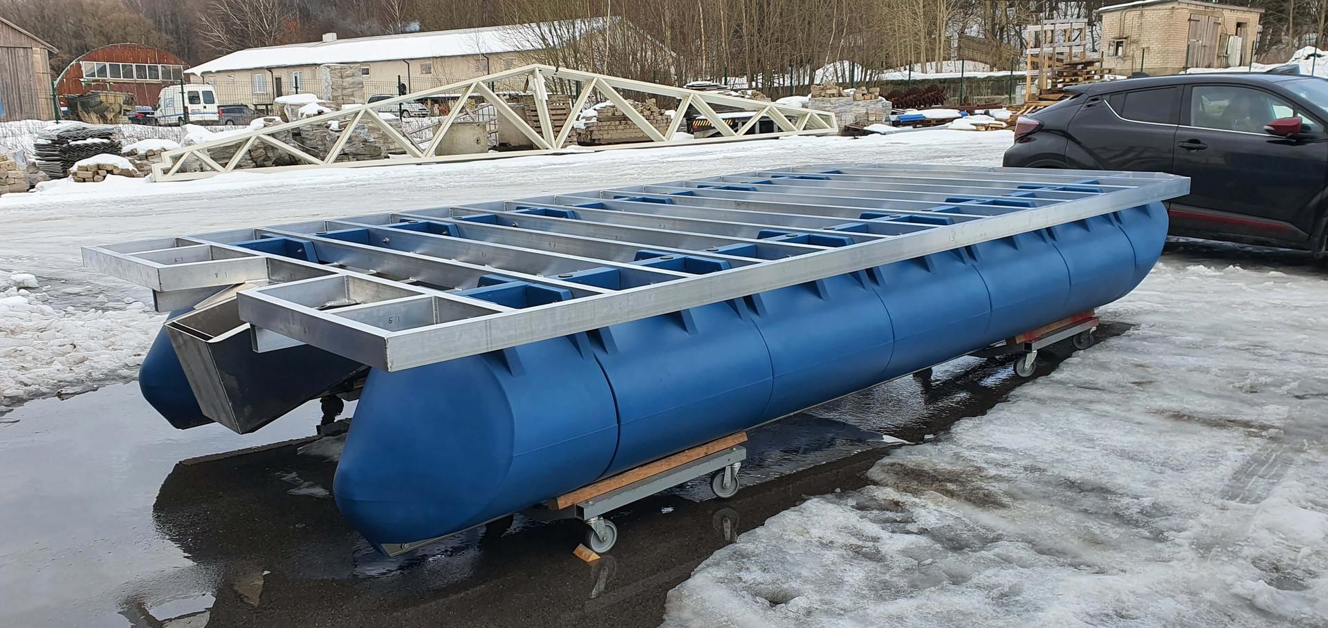 5,8m x 3m catamaran with blue pontoons