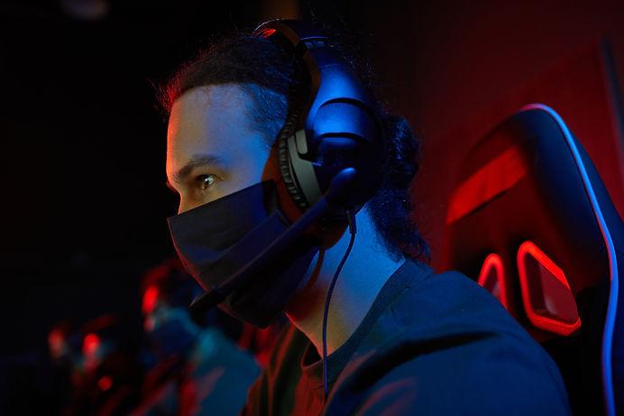 gamer-in-mask-playing-games-SJ4SD5D.jpg