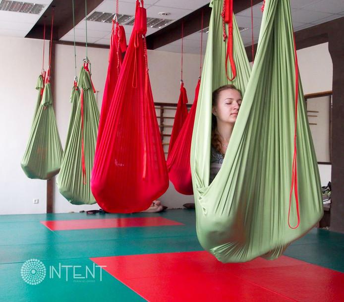 В студии Intent начались регулярные занятия по йоге в гамаках