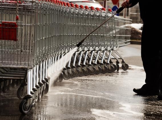 mycie wózków sklepowych z użyciem gorącej wody