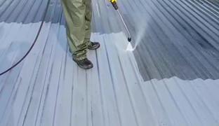 Mycie dachu myjką gorąco-wodną