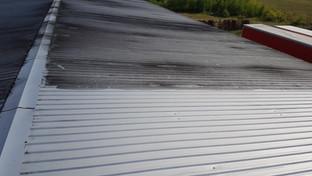 Mycie dachu -efekt przed i po umyciu