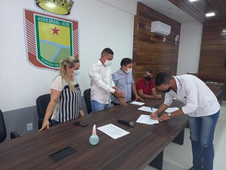 Prefeito Jerry assina contratos dos novos profissionais da educação