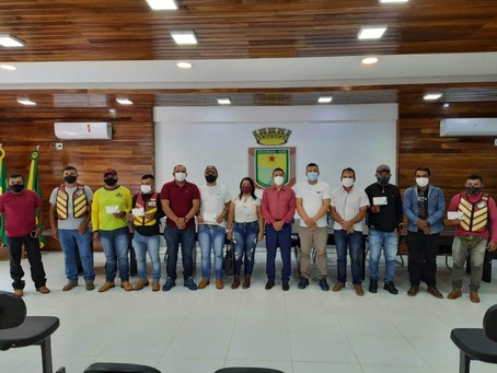 Prefeitura de Assis Brasil faz entrega de 05 placas de moto-taxi