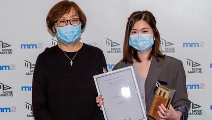 評審曾麗芬(左)及評審優異獎得主朱凱濙