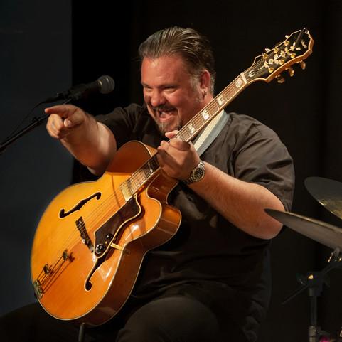 Perry Stenbäck & Dekadansorkestern – Live