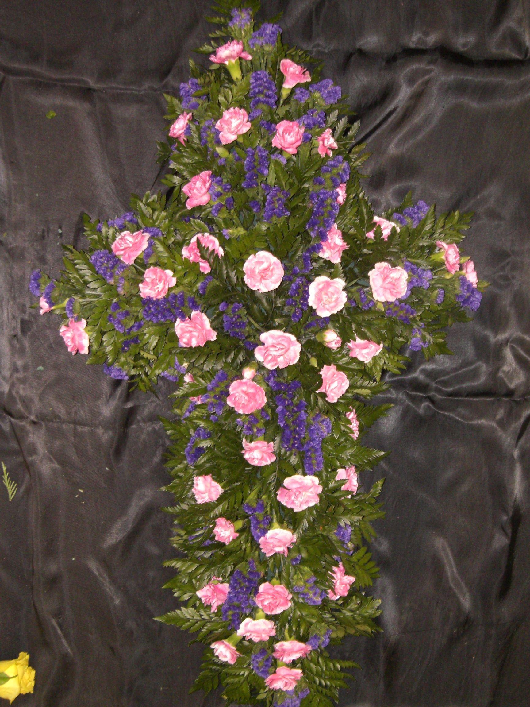 cruz con flor variada