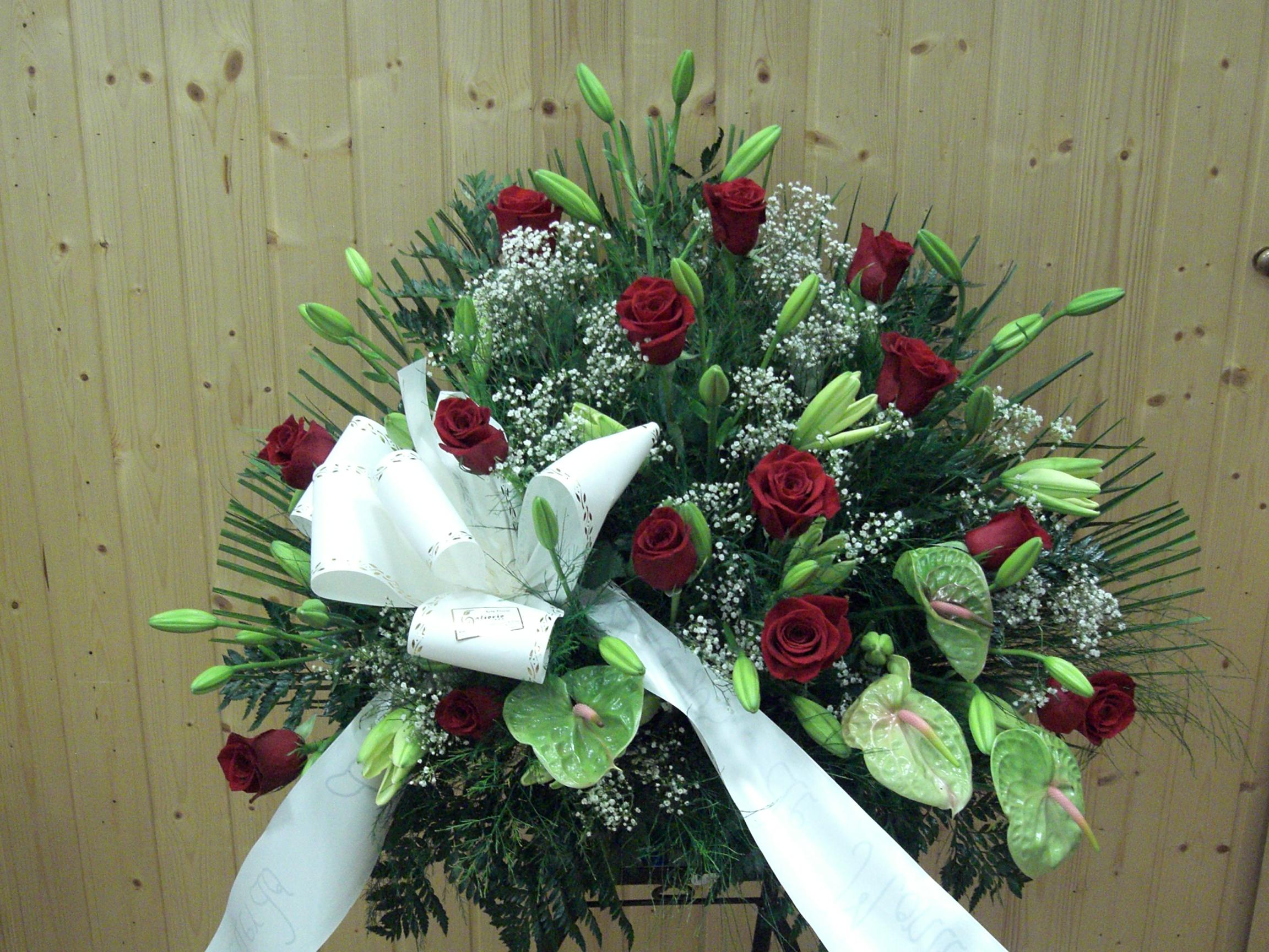 Centro funerario con rosas