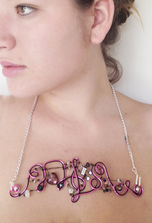 2013-07 LTB Patty's groove (Flat necklace on model)