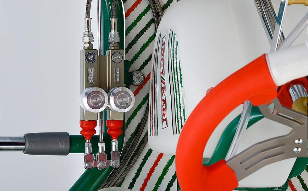 Self adjusting master cylinder