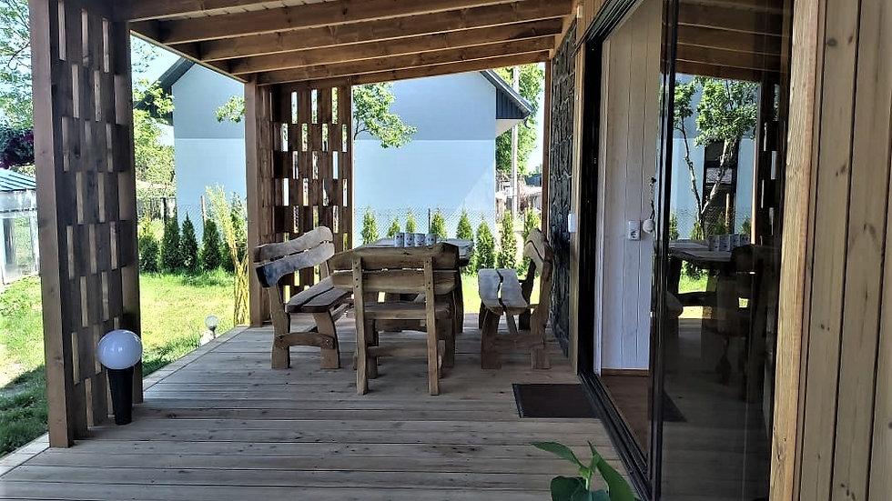 Exklusive Außensauna mit überdachter Lärchenholzterrasse