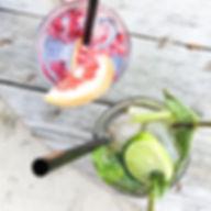 lekkere cocktails gin & rabarber met verse granaatappelpitjes of  vodka & lemon met limoen en munt