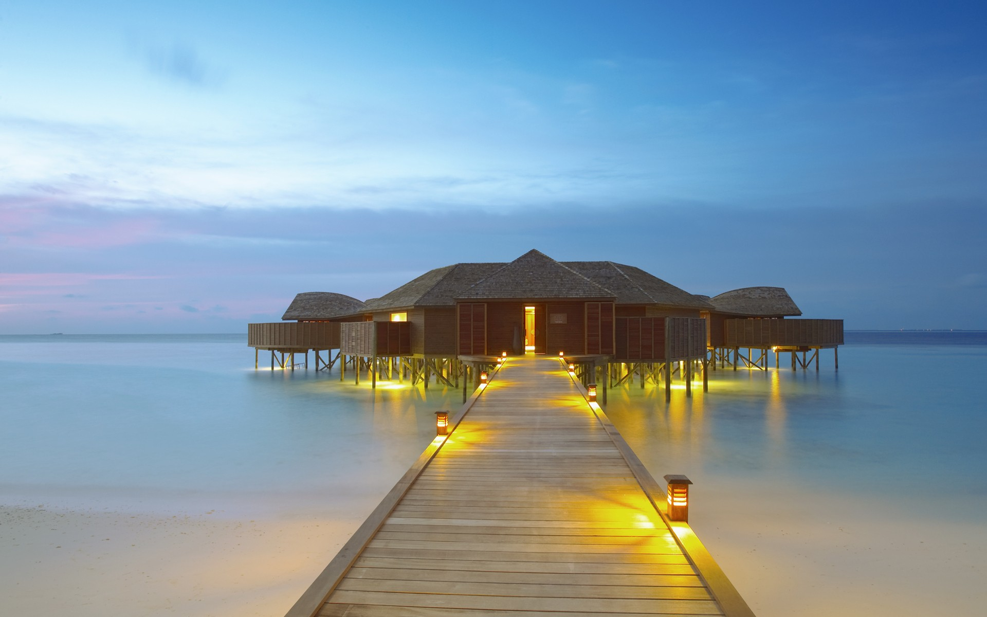 WORLDWIDE  LUXURY & BUDGET HOTELS