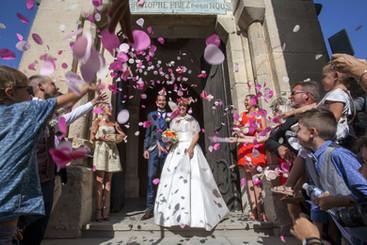 Léa et Mathieu, se sont dit oui, le 19 août 2017 à l'église de Saint-Christol, puis le cokatail s'est déroulé au Parc du château, Salinelles 30250.   Copyright © 2021Julie Bruhier Photographe / Bordeaux