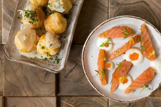 C'est une cuisine de qualité par un Chef / Patron passionné – Fabien Beaufour, pour ne pas le nommer – dans une ambiance décontractée.  Des plats en portions « dégustation » servis en centre de table vous invitant à plus de partage et de découvertes.  Copyright © 2020Julie Bruhier Photographe / Bordeaux
