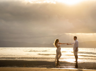 ensaio gestante casal na praia no pôr do sol