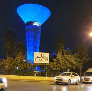 מגדל המים מואר בליל