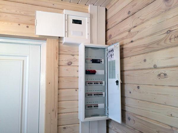 Сборка накладного электрощита в деревянном доме
