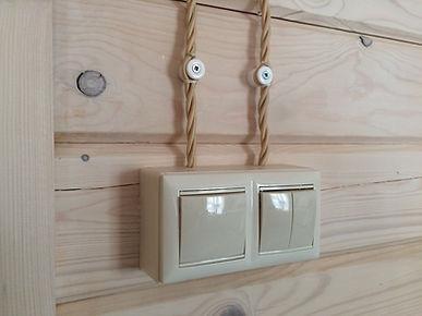 Ретро-проаводка выключатели на подъемных рамках в доме из бруса