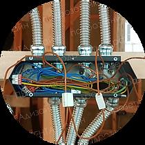 Проводка в деревянном доме в металлической трубе с металлическими подрозетниками