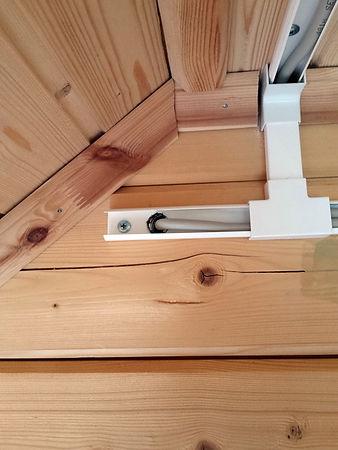 Монтаж проводки в кабель-канале в доме из бруса