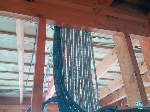 Проводка в металлической трубе в каркасном доме