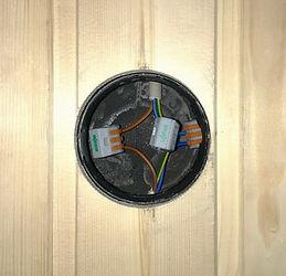 Скрытая распределительная коробка для дереянного дома. Распаечная коробка для скрытого монтажа в деревянном доме. Распаечная коробка для деревянного дома. Распаечная коробка для дерева. Распеределительная коробка для деревянного дома. Распределительная коробка для дерева в потолке