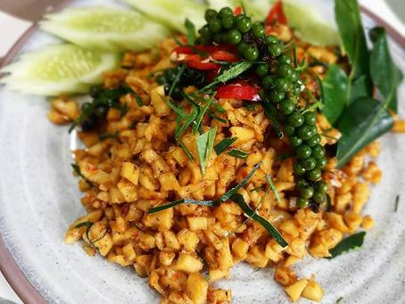 Gebratenes gelbes Curry mit grünen Pfefferkörnen