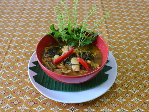 Poulet au curry jaune et feuilles de basilic en arbre