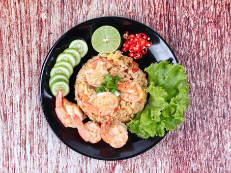 Thailändischer gebratener Reis mit Garnelen, oder Khao Pad Kung