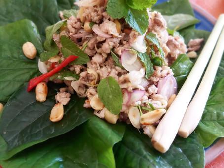 Schweinefleisch Salat mit Wildpfefferblättern, oder Miang Laab Mu