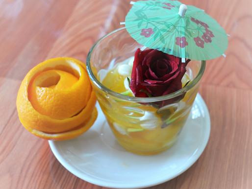 ส้มลอยแก้วในน้ำเชื่อมดอกมะลิและดอกกุหลาบ