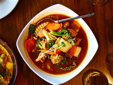 Dschungel-Curry mit Gemüse, grünem Pfeffer und heiligem Basilikum