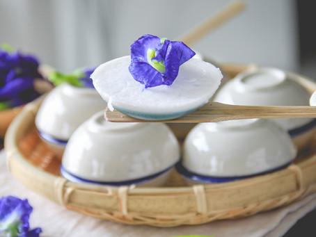 Kokosnussgelee mit blauen Schamblumen
