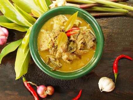 Süßsaures Schweinefleisch-Curry mit Chamuang-Blättern