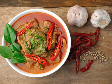 Panang Schweinefleisch-Curry mit Auberginen und Kaffirblättern