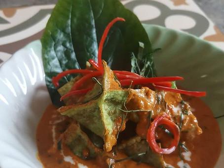Frittierte Wontons mit Taro und Wildpfefferblättern in Curry-Sauce