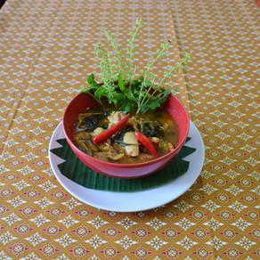 Gelbes Hühner-Curry mit Baumbasilikum-Blättern